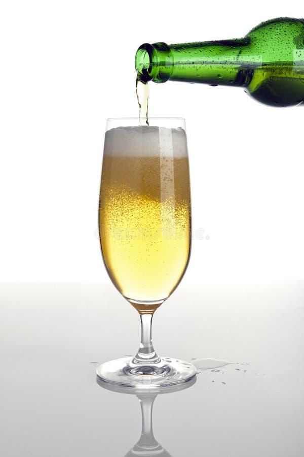 Gietend bier in een glas royalty-vrije stock afbeelding