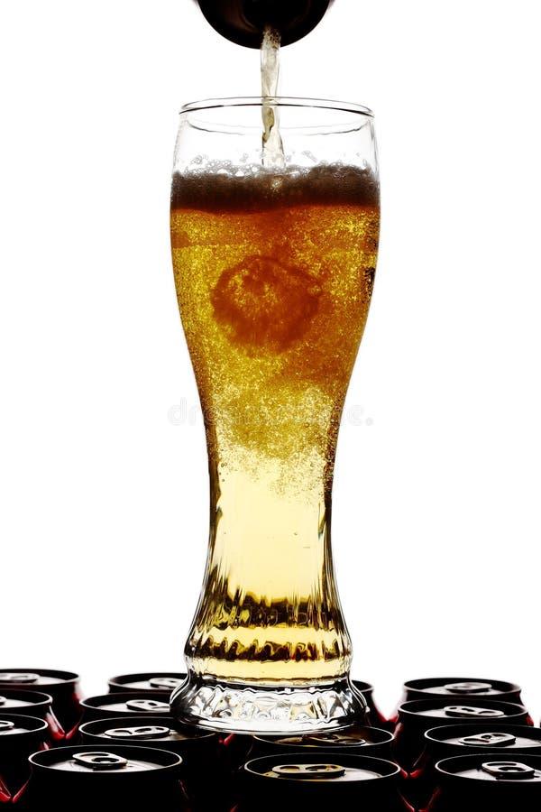 Gietend bier in een lang glas stock foto