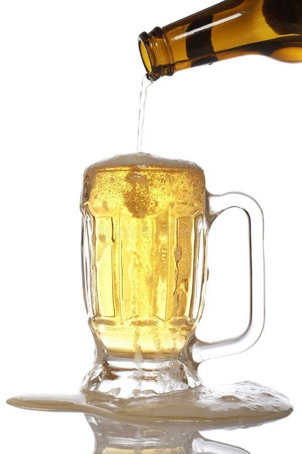 Gietend bier in mok royalty-vrije stock foto's