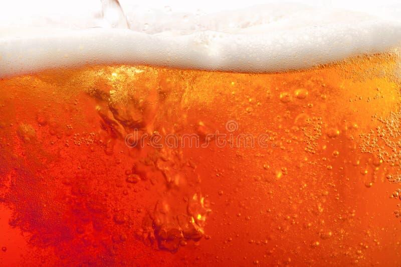 Gietend bier. super grote achtergrond stock foto