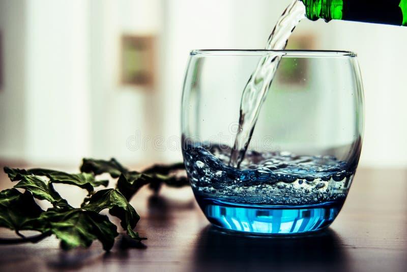 Gietend Mineraalwater in het Glas royalty-vrije stock fotografie
