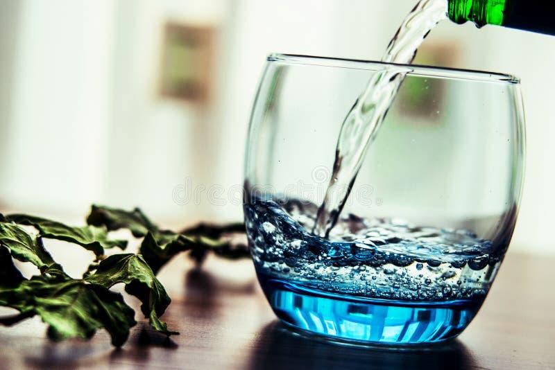Gietend Mineraalwater in het Glas royalty-vrije stock afbeelding