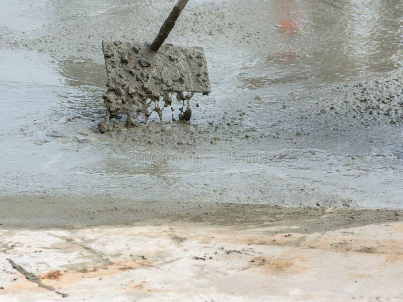 Gietend ready-mixed beton na het plaatsen van staalversterking om de weg te maken stock afbeelding