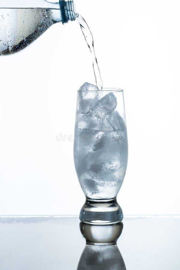 Gietend sodawater stock foto