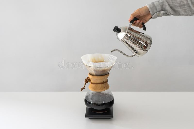Gietend Water aan de Koffiepot op Witte Muur stock foto