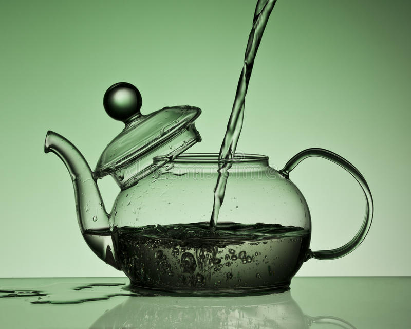Gietend water in een theepot royalty-vrije stock fotografie