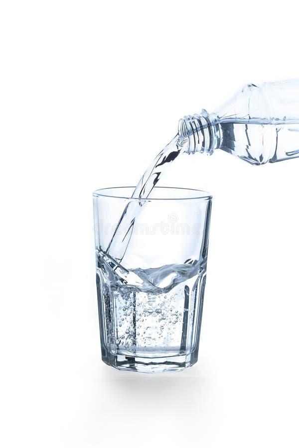 Gietend water in glas royalty-vrije stock foto