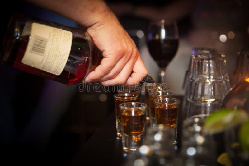 Gietende alcohol royalty-vrije stock foto's