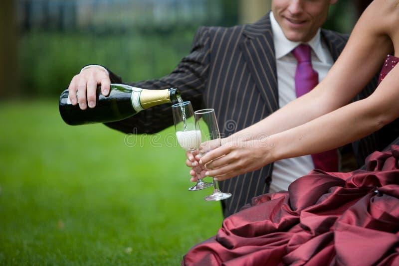 Gietende champagne royalty-vrije stock fotografie