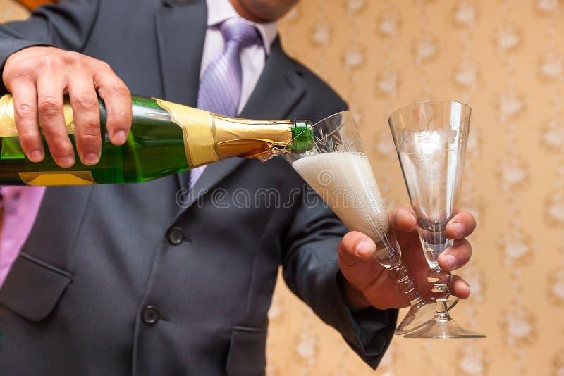Gietende champagne royalty-vrije stock foto's