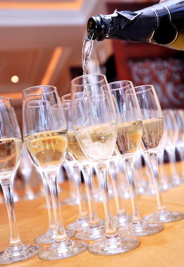 Gietende champagne in een glas stock foto's
