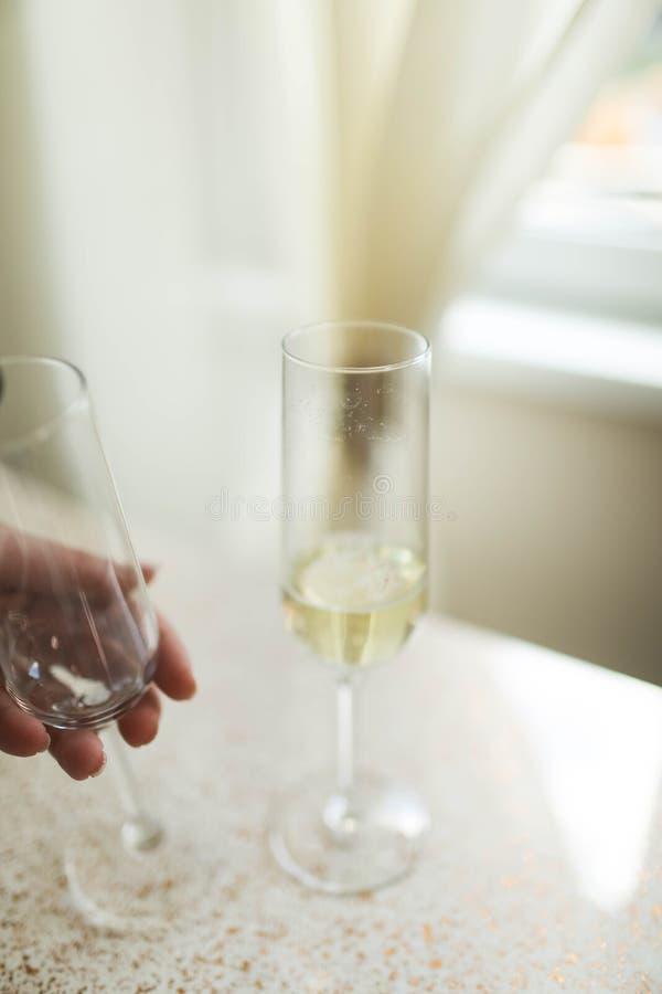 Gietende champagne in fluiten die zich op lijst bevinden royalty-vrije stock foto's