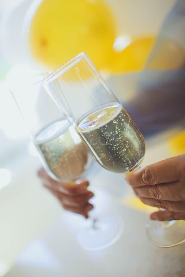 Gietende champagne in fluiten die zich op lijst bevinden royalty-vrije stock foto