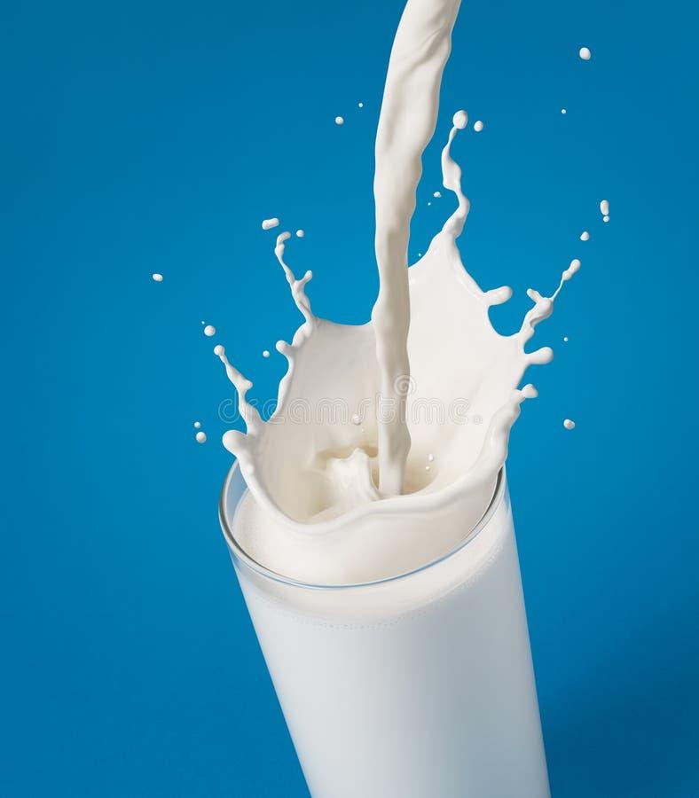 Gietende melk stock fotografie