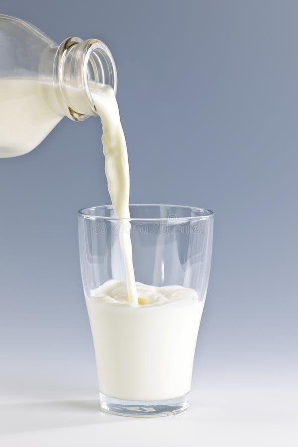 Gietende melk in glas royalty-vrije stock fotografie