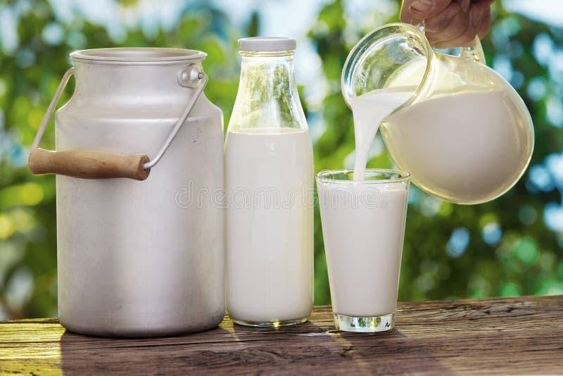 Gietende melk in het glas. royalty-vrije stock foto