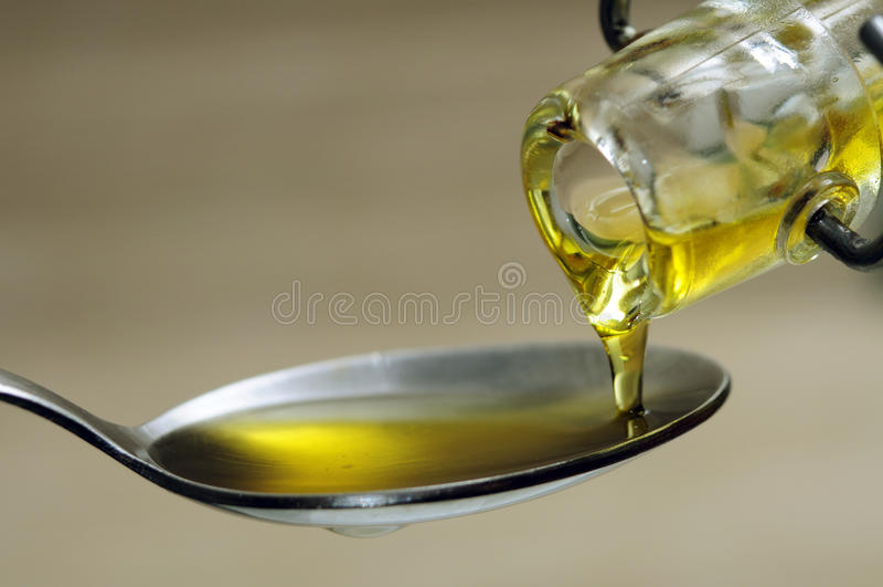 Gietende olijfolie royalty-vrije stock afbeelding
