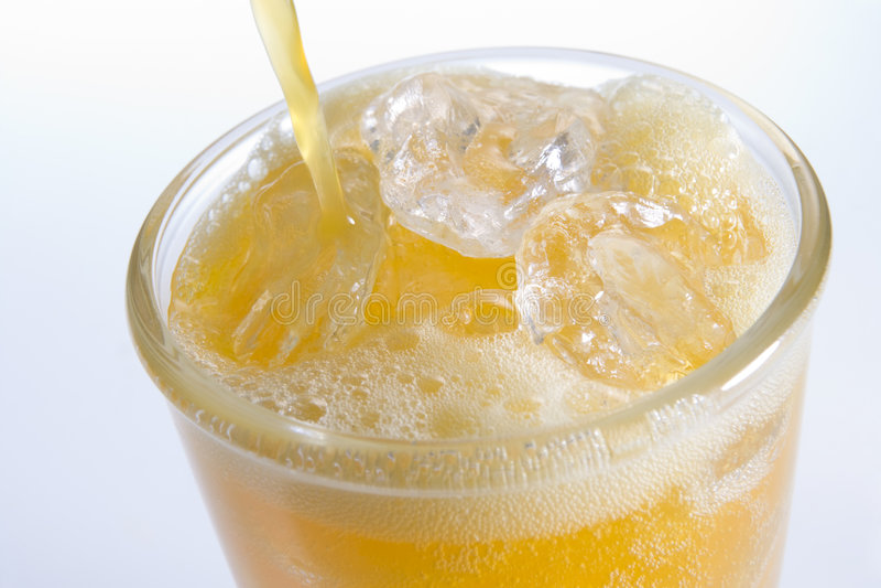 Gietende Orangeade in een Glas van Ijs royalty-vrije stock fotografie