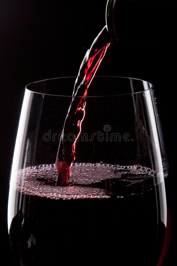 Gietende rode wijn royalty-vrije stock foto