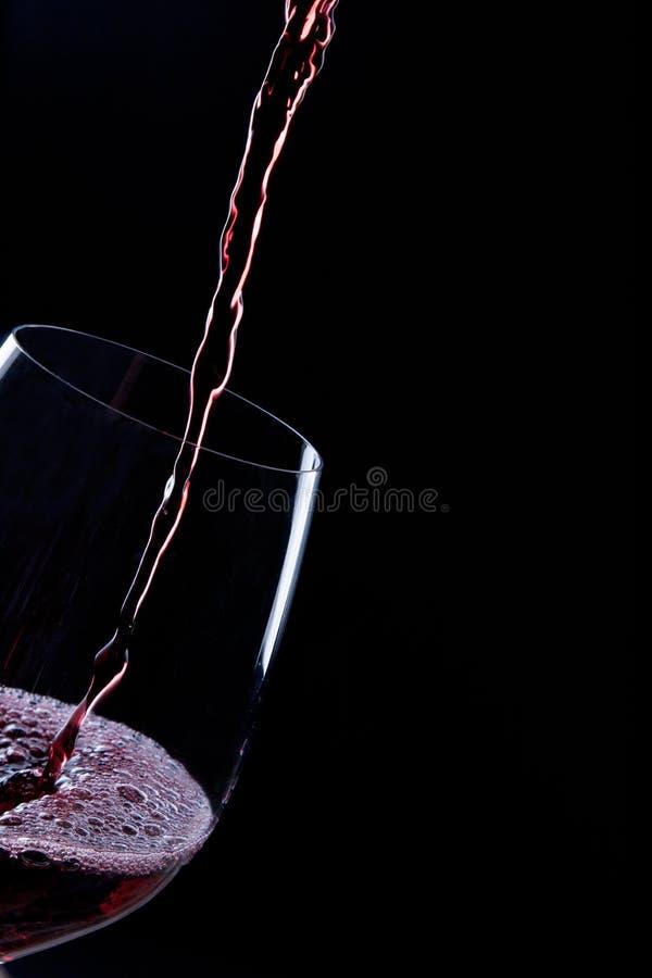 Gietende rode wijn royalty-vrije stock foto's