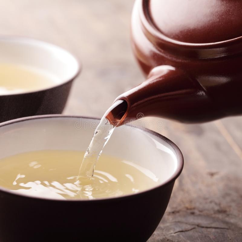 Gietende thee stock afbeelding