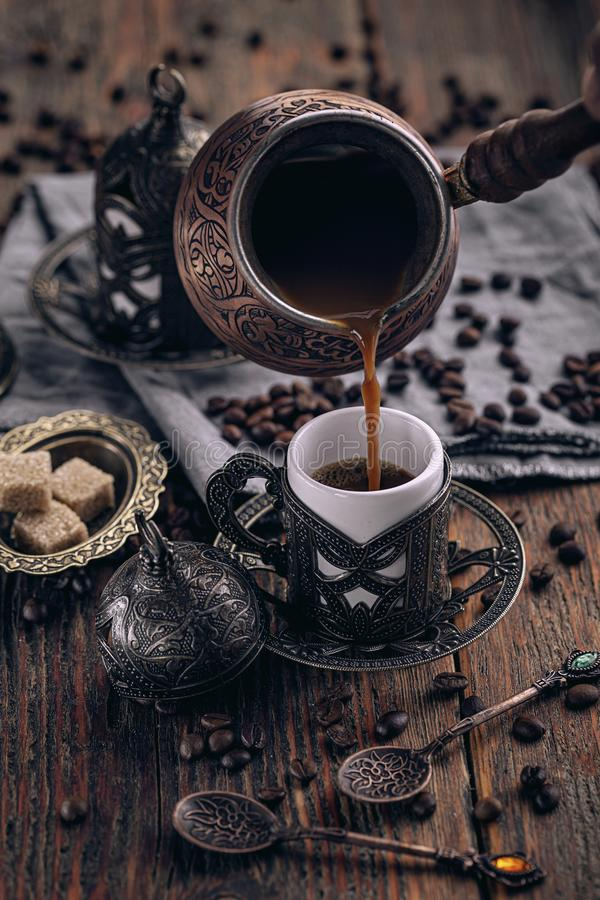 Gietende Turkse Koffie royalty-vrije stock afbeelding