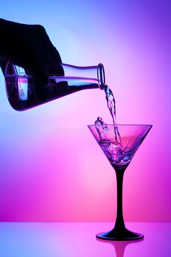 Gietende vloeistof van een fles royalty-vrije stock afbeeldingen