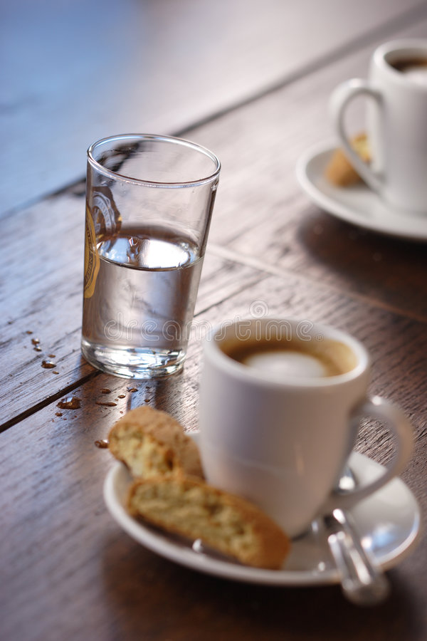 Gietende water en espresso royalty-vrije stock afbeelding
