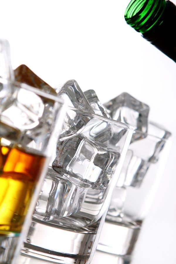 Gietende whisky in het glas royalty-vrije stock foto