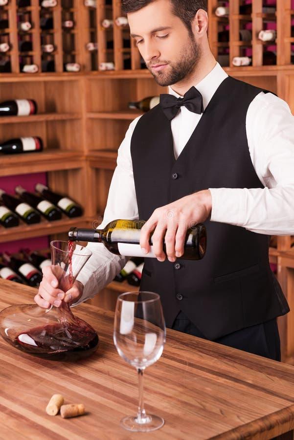 Gietende wijn aan karaf royalty-vrije stock afbeeldingen
