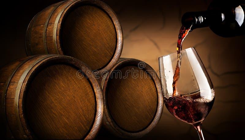 Gietende wijn in kelder stock fotografie