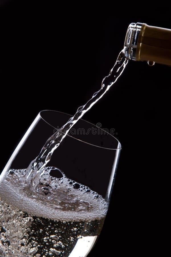Gietende witte wijn royalty-vrije stock afbeeldingen
