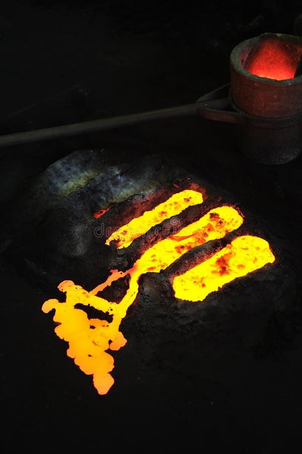 Gieterij - gesmolten metaal in vorm stock foto's
