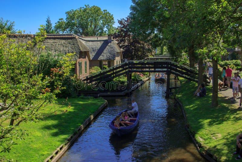 Giethoorn kanał i piękne chałupy na brzeg obrazy royalty free