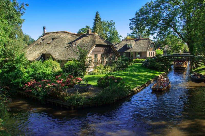Giethoorn kanał i piękne chałupy na brzeg zdjęcie stock