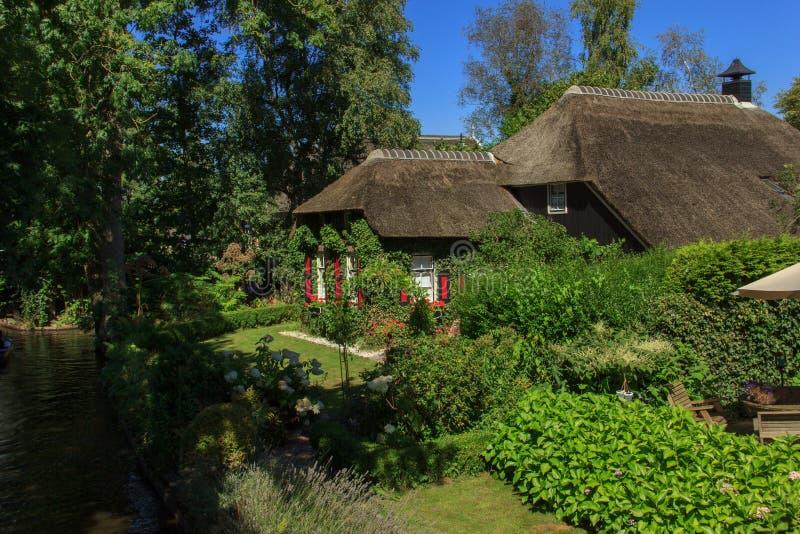 Giethoorn kanał i piękne chałupy na brzeg fotografia royalty free