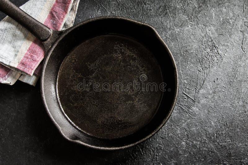 Gietijzerpan op zwarte stock foto