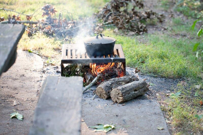 Gietijzerpot bij open vlam het kamperen royalty-vrije stock foto