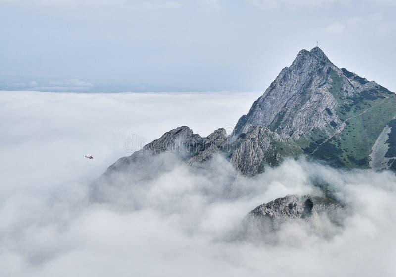 Giewont bergmassif ovanför dimman royaltyfri bild