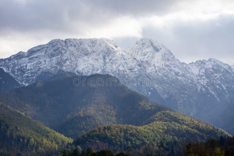 Giewont góra w połysk Tatrzańskich górach zakrywać z śniegiem w jesieni zdjęcia royalty free