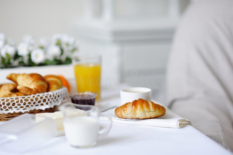 Giffel driftstopp, smör, varmt kaffe, orange fruktsaft på en vit tabl arkivbilder