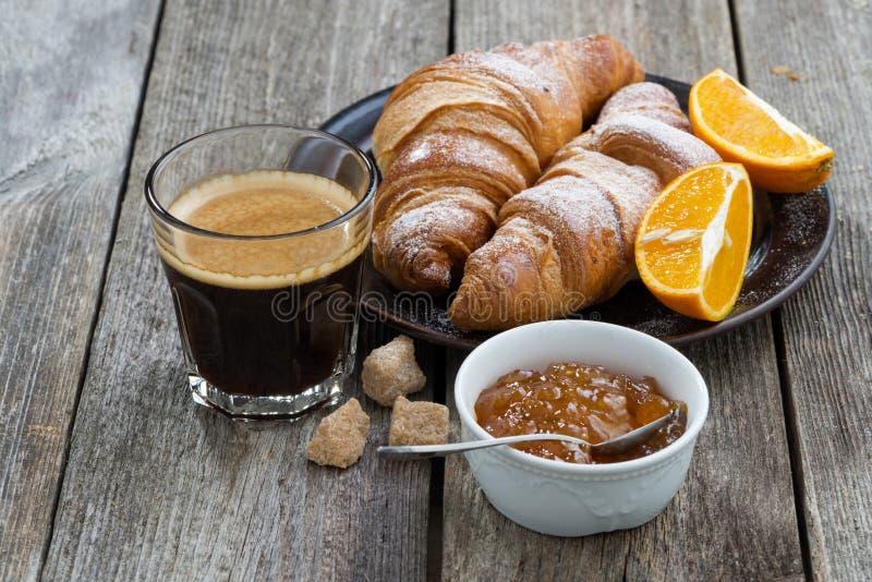 Giffel, espresso och orange driftstopp på trätabellen royaltyfri foto
