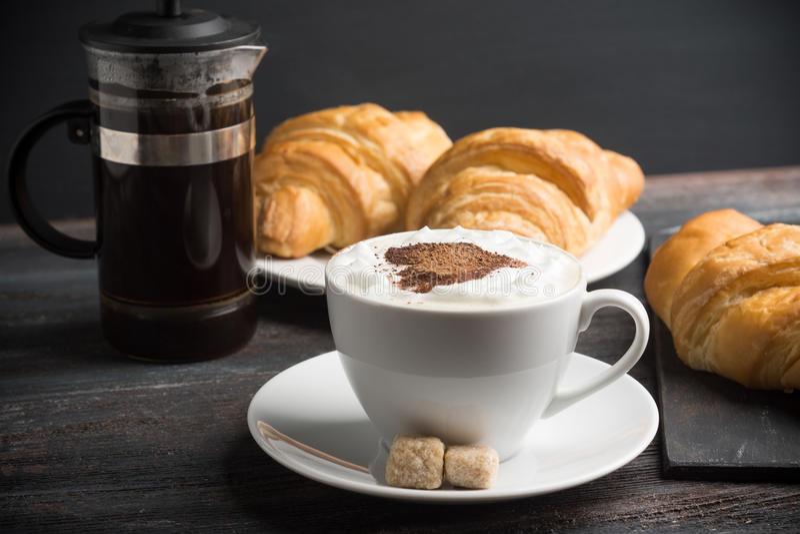 Giffel med koppen av kaffe royaltyfri foto
