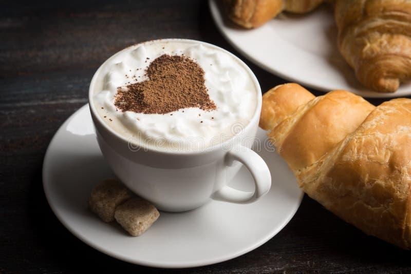 Giffel med koppen av kaffe fotografering för bildbyråer