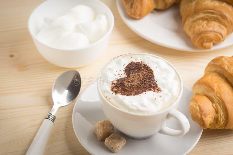 Giffel med koppen av kaffe royaltyfria bilder