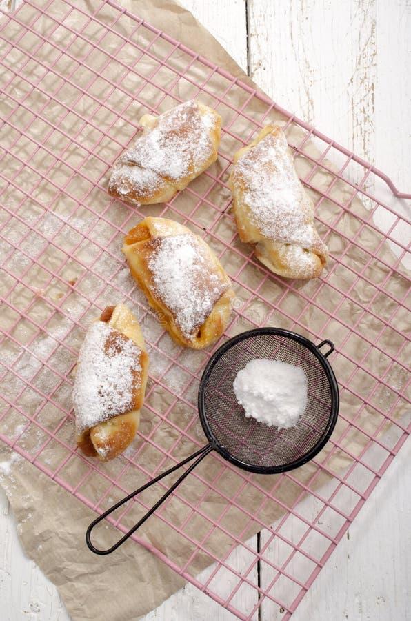 Giffel med pudrat socker på en kökkugge royaltyfria bilder