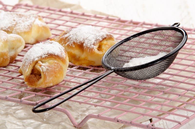 Giffel med pudrat socker på en kökkugge fotografering för bildbyråer