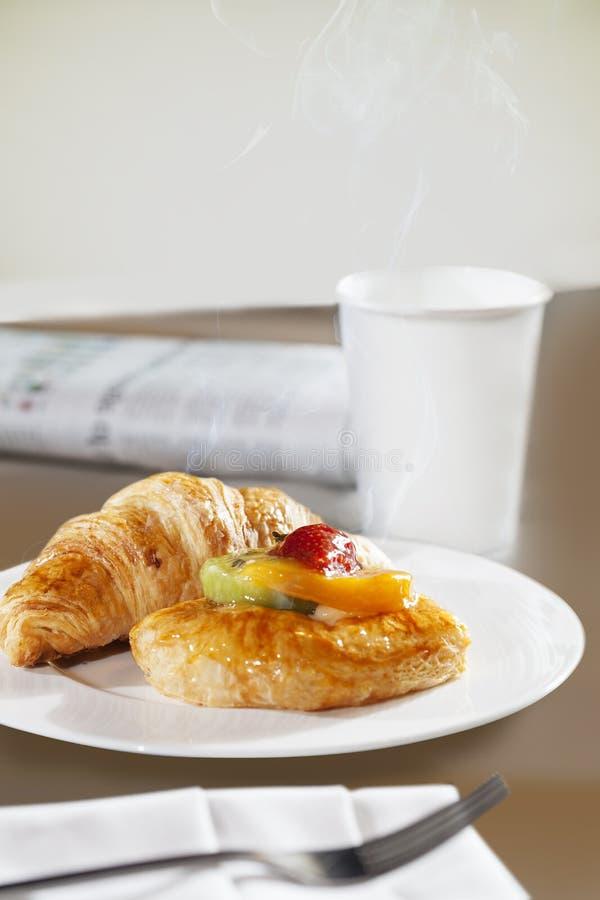 Giffel och söt wienerbröd, med citronkräm- och fruktskivor i form av kiwi, mango, jordgubbe ny drink fotografering för bildbyråer
