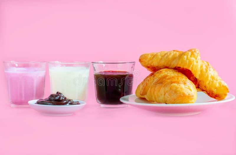 giffel tjänade som med exponeringsglas av nytt mjölkar, kaffe på rosa bakgrund stekt ?gg f?r kopp f?r frukostkaffebegrepp arkivbild