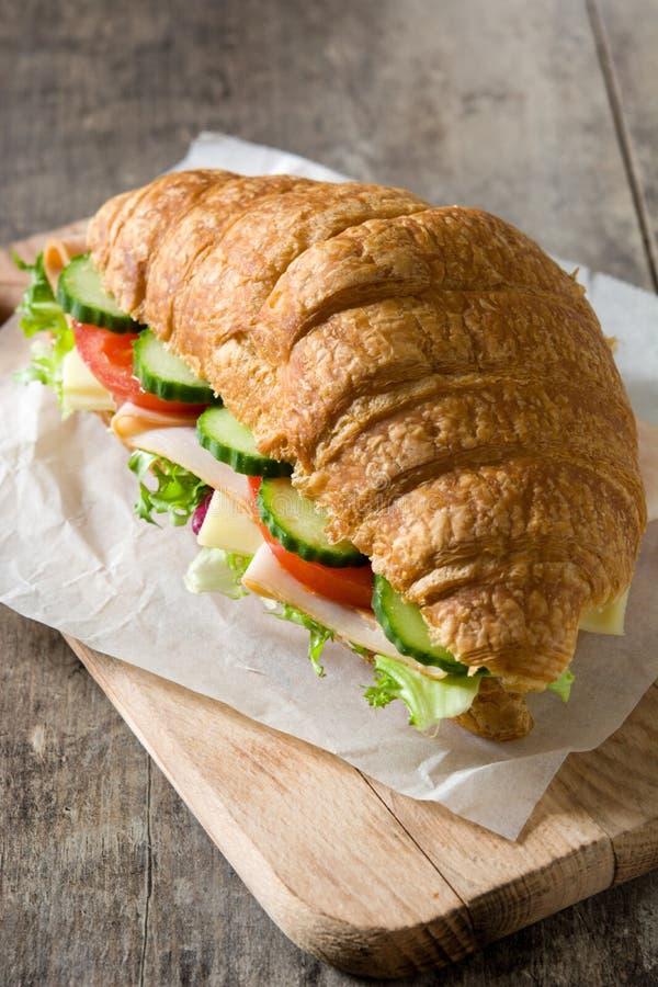 Giffelsmörgås med ost, skinka och grönsaker på trätabellen royaltyfria foton